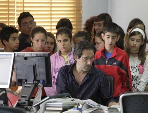 Jose Luis Tobalina con escolares en la redacción del periódico